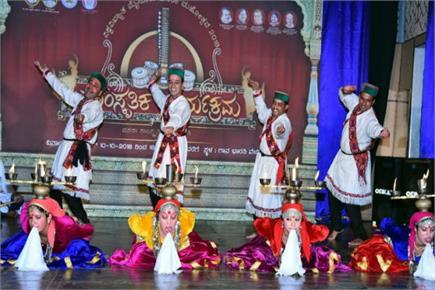 मैसूर के दशहरा उत्सव में सिरमौरी नाटी ने मचाई धूम (Watch Pics)