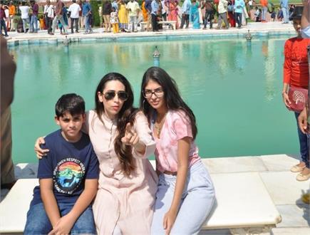 अभिनेत्री करिश्मा कपूर ने किया ताज का दीदार, बेटी-बेटी साथ खिंचवाई...