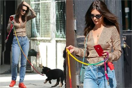 न्यूयॉर्क की सड़कों पर कुत्ते को घुमाने निकलीं एमिली, leopard...