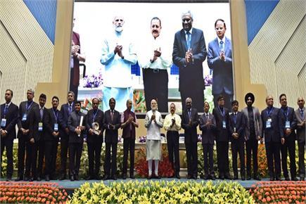 PM ने लोक सेवा दिवस पर प्रशासनिक अधिकारियों को किया सम्मानित