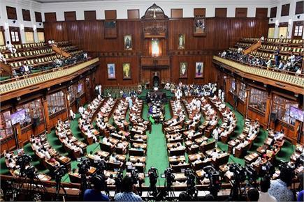 बहुमत परीक्षण से पहले कुछ ऐसा था कर्नाटक विधानसभा का नजारा
