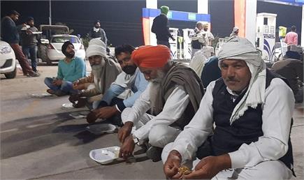 दिल्ली कूच के लिए निकले किसान कुरुक्षेत्र में रूके, खिलाया गया लंगर