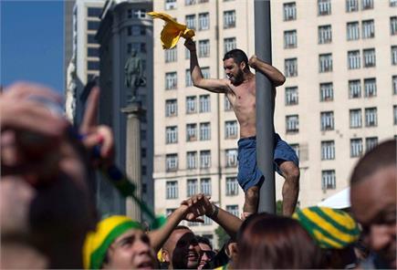 ब्राजील मैच जीता, झूम उठे दर्शक