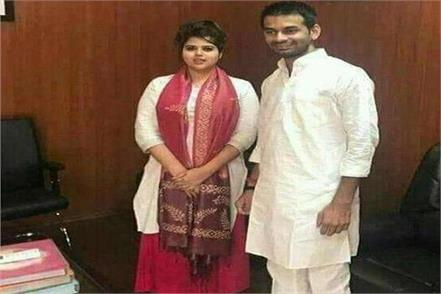 this girl stretched photo with lalu kanhaiya