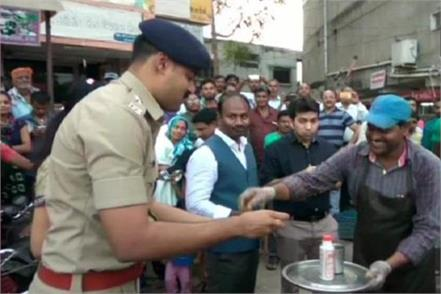 police eating food with non gujarati