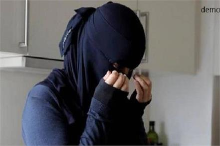 girl who was wearing burqa in the court rammed into the police
