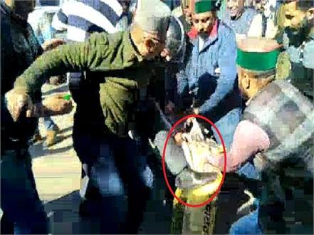 blowing effigy to take in nahan between the congress and police scrimmage