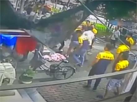 china bystanders grab bedsheet to save boy falling from sixth floor