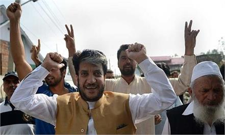 shabir shah s daughter top in cbse result in jk