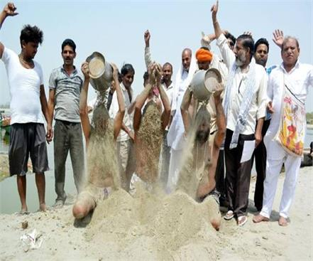 rld activists protested against rising pollution in yamuna bathing with hot sand