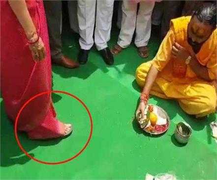 hema malini wore a sandal wearing pooja viral on social media