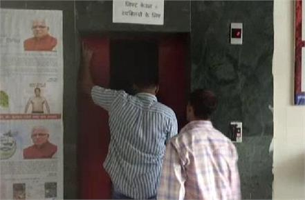 dc office lifts off in district secretariat one person trapped