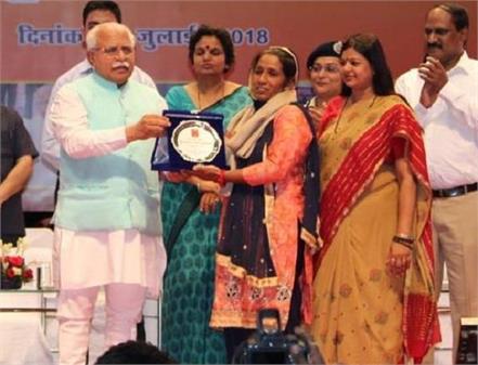 empower women honor goes to kavita for making napkin pad