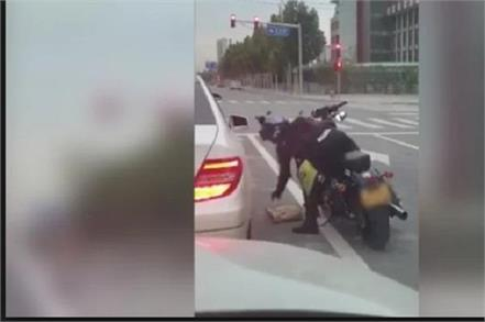 woman throws garbage out of her car biker teaches her a lesson