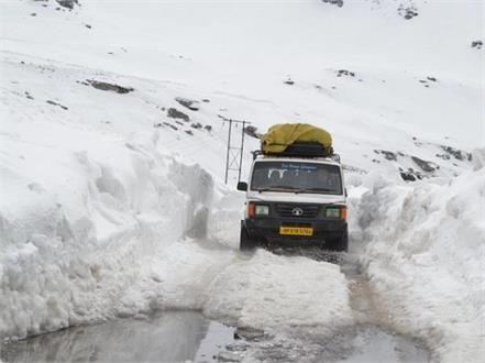 manali leh route of the army with hundreds of vehicles baralacha pass