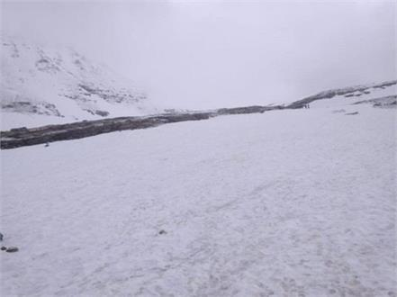 fresh snowfall at rohtang pass
