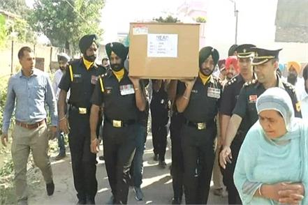 soldier s body wrapped in tricolor last farewell to moist eyes