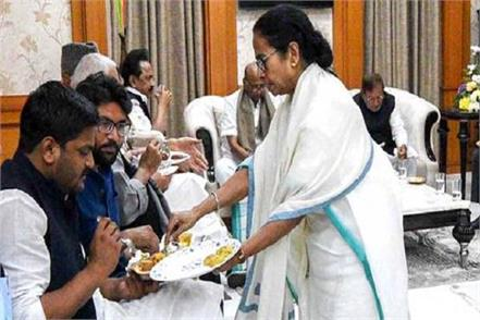 mamata banerjee has served food the leaders herself
