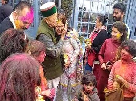 virbhadra singh celebrates holi with holi
