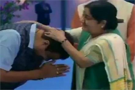 sushma gives blessing to gadkari