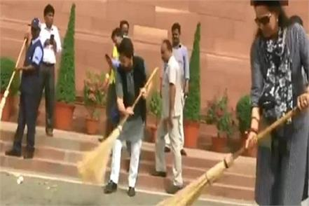 leaders take part in swachh bharat abhiyan in parliament premise