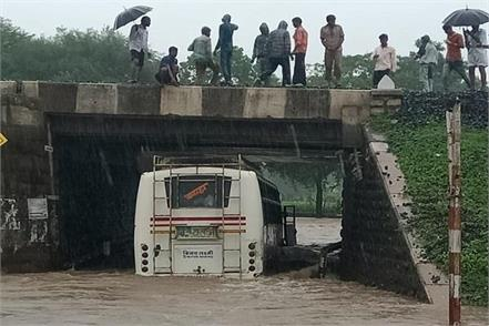 the driver took a bus full of passengers in deep water