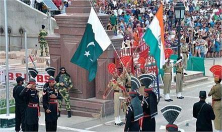 pakistani soldier turban fell on the ground on wagah border