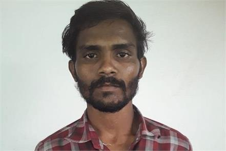 crook ran away with handcuffs by dodging police 10 thousand rupees informer