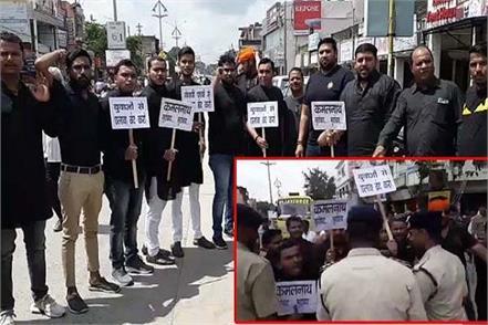 bjp black flags cm kamal nath 25 activists arrested