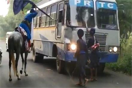 a horse hit a bus armed persons broke the glass of the bus