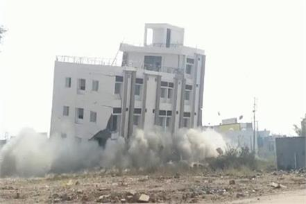 4 store illegal building collapsed in a few moments