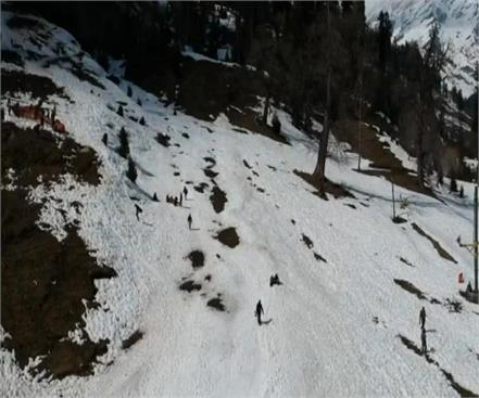 tourists reach solang nala for snow