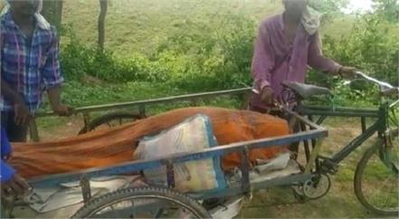 no funeral money dead body shed in a river on handcart in sidhi