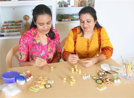 this pair of mother and daughter selling and making clay food miniature
