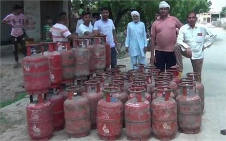 one and a half kg of gas was found less in gas cylinders