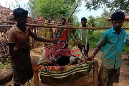 villagers walked three km in chhattisgarh with a patient on the bed