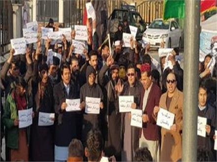 pak journalists protest against raid at press club detention of scribe