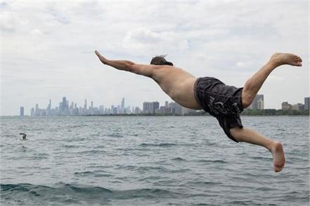 man in chicago plunges into lake michigan for 365th straight day