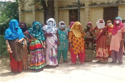 rajasthan women sitting on dharna in front of baba khatu shyam temple