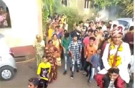 wedding video viral groom sit on friend shoulder and dancing