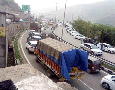 flood of vehicles on parwanoo barrier