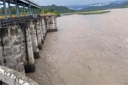 despite discharging water yamuna still in spate many areas submerged