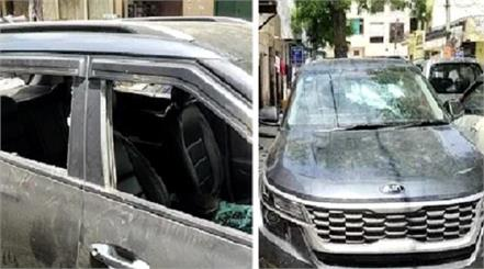 the miscreants broke the glass of the toy trader s car