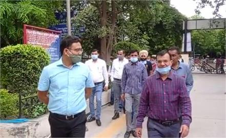district deputy commissioner reached the office on foot or on bicycle