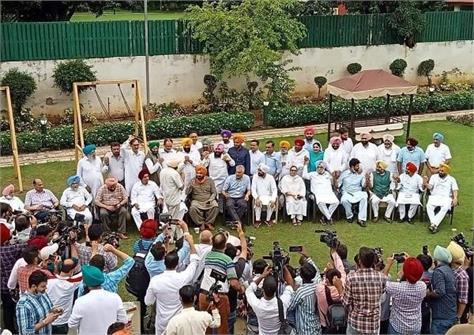 punjab congress mla arrives at tripat bajwa s house to meet sidhu