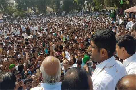 a huge crowd of people in jind supporting dushyant chautala