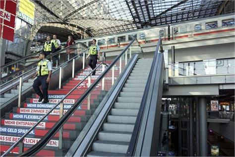after getting bomb in berlin railway station area is empty