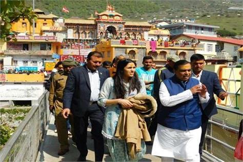 mukesh ambani arrives for darshan in badri kedar dham