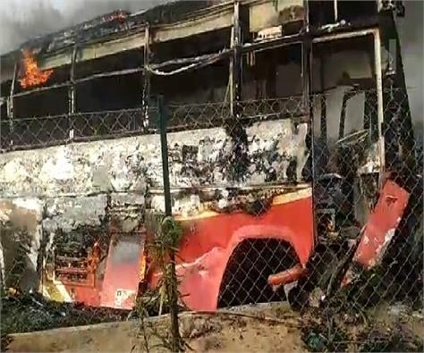 agra lucknow express way fire in bus