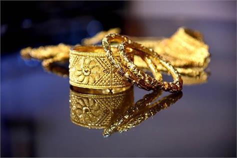 gold halts slide on jewellers  buying global cues